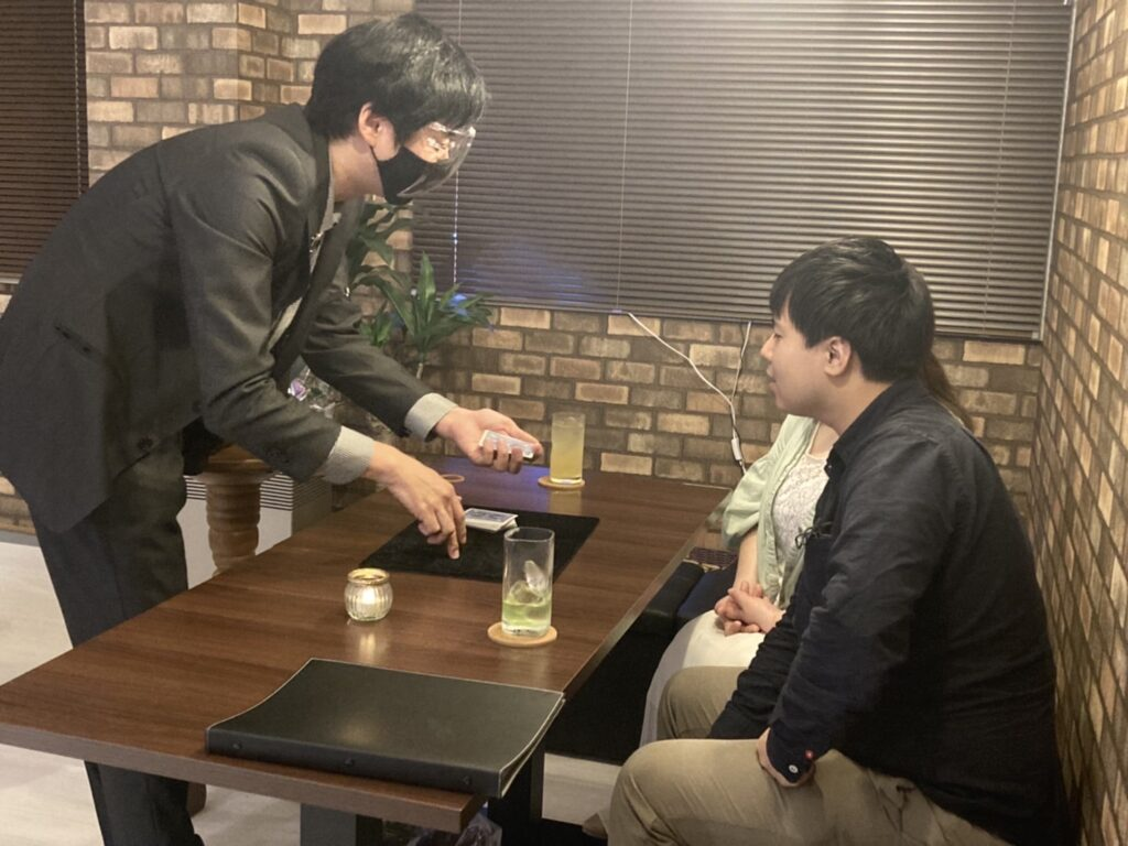 マジシャン池田太郎テーブルマジック写真